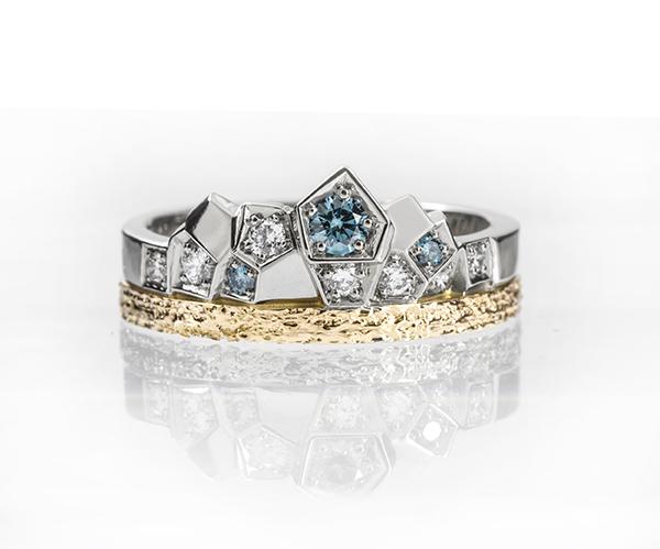 Keltä- ja valkokultaa sekä sinisia ja kirkkaita timantteja.