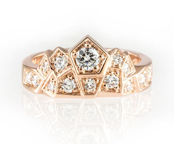 Punakultainen Kruunu-sormus isommilla timanteilla.