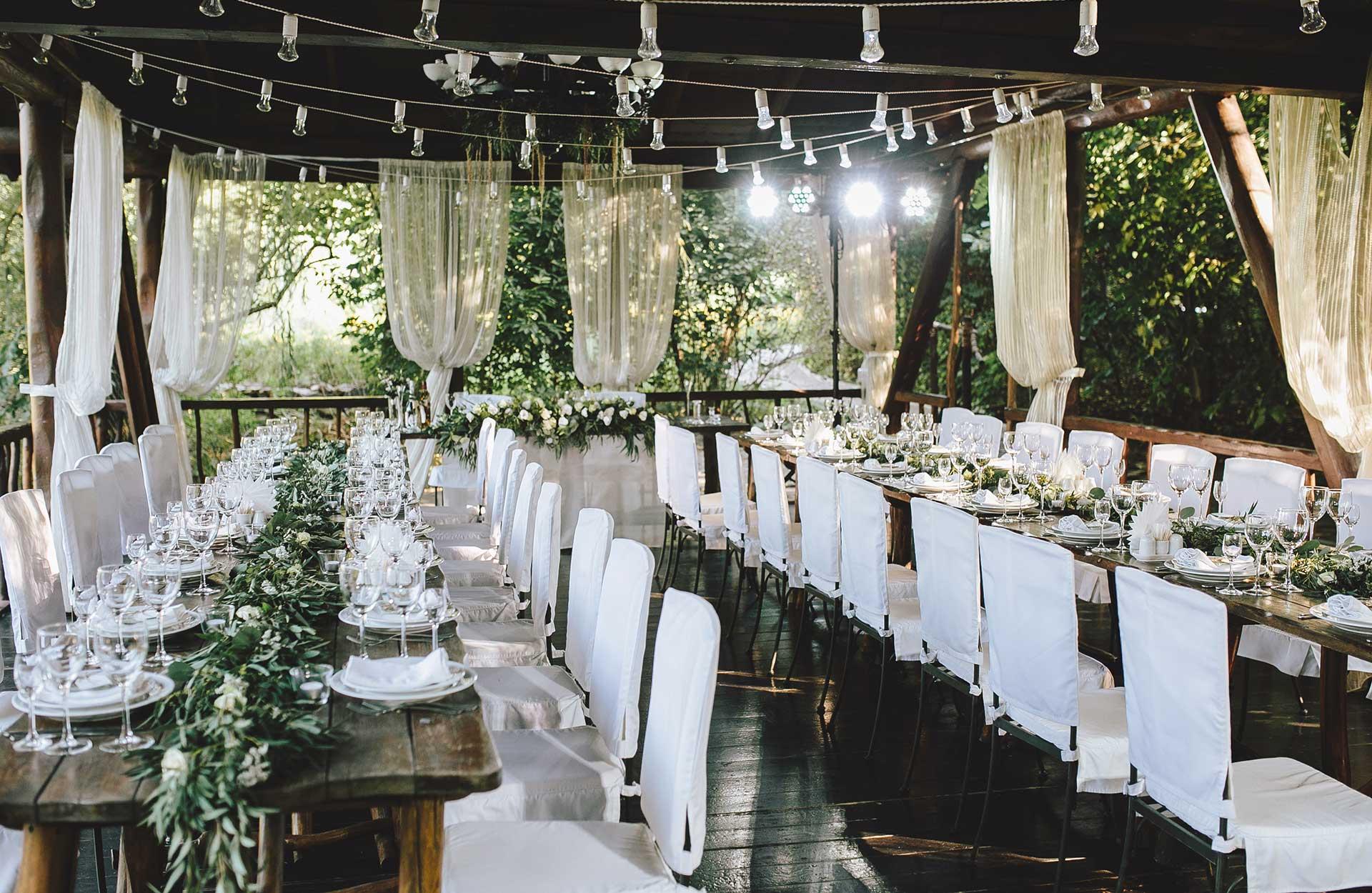 Hääjuhlapaikan koristeluun tarvitaan usein paljon enemmän koristeita, kuin osaat kuvitella, joten älä pihistele!